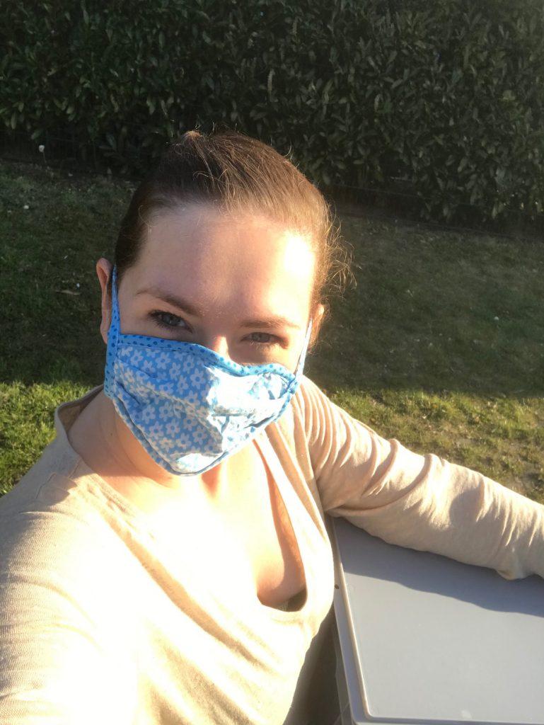 Hebamme mit Mundschutz